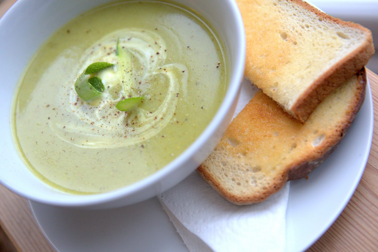 EASY COURGETTE & PEA SOUP